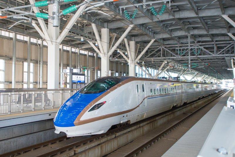 「富山」駅に停車する北陸新幹線