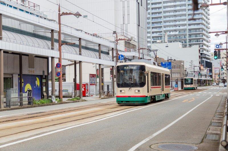 「桜橋電車通り」を走る路面電車