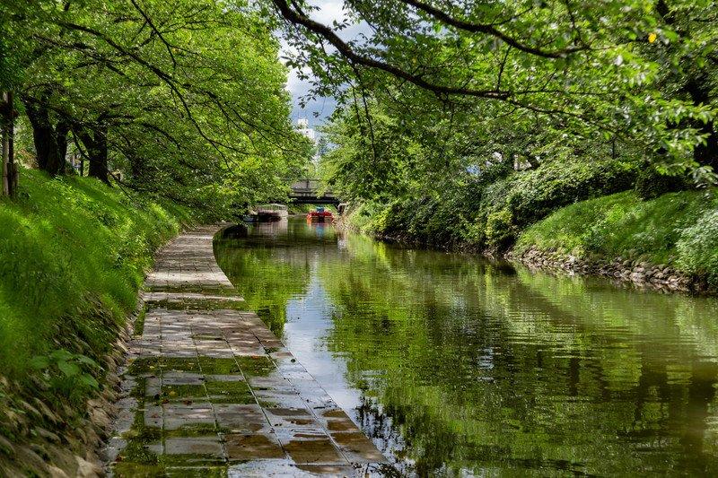 中心部流れる松川、自然を感じられるスポットも(松川べり彫刻公園)